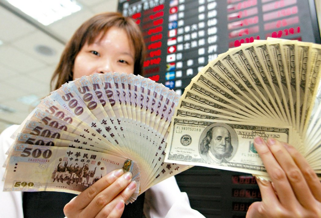 民眾因應子女海外求學,或購買外幣計價保單,可趁台幣相對強勢時加碼美元,減少未來兌...