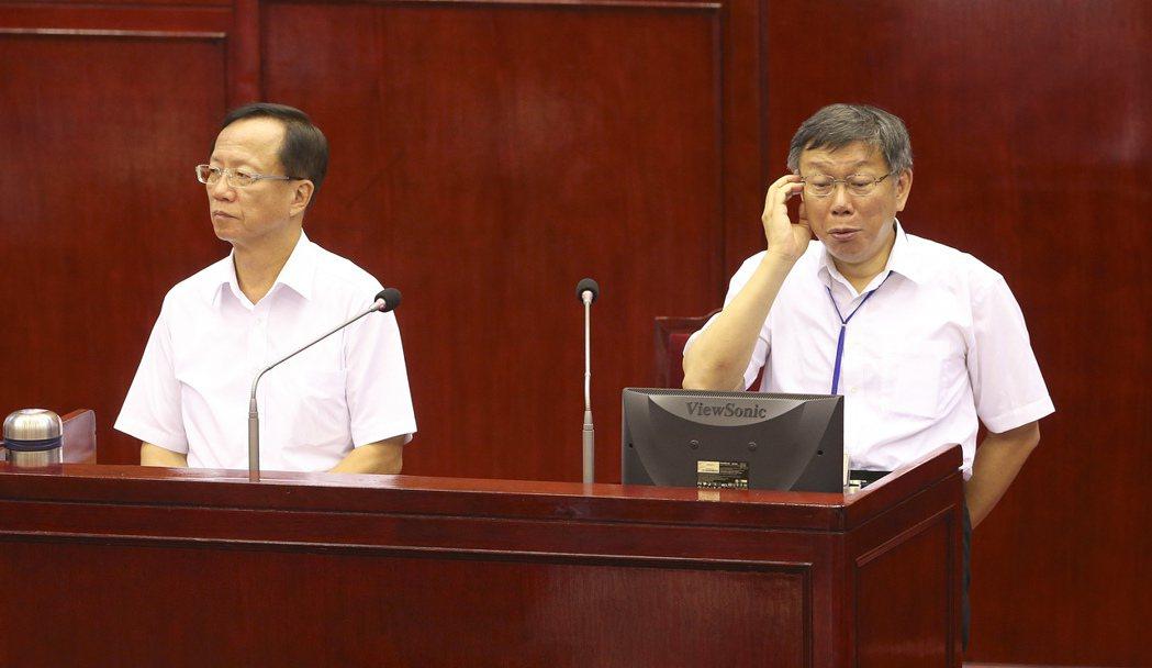台北市長柯文哲(右)赴市議會針對924台大事件與世大運後續檢討進行專案報告,台北...