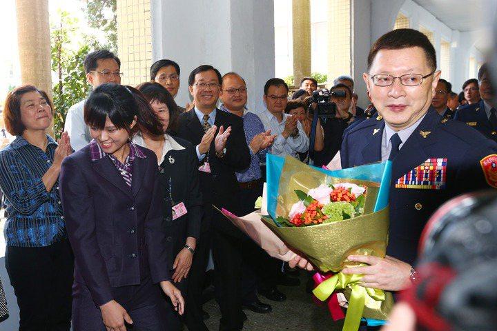 王卓鈞(拿花者)是任期最久的警政署長,圖為他離開警政署的最後一天接受歡送。陳嘉昌...