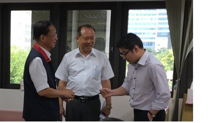 台北市警局長陳嘉昌(左)上任後到議會「拜碼頭」,與議員會面。 圖/報系資料照片