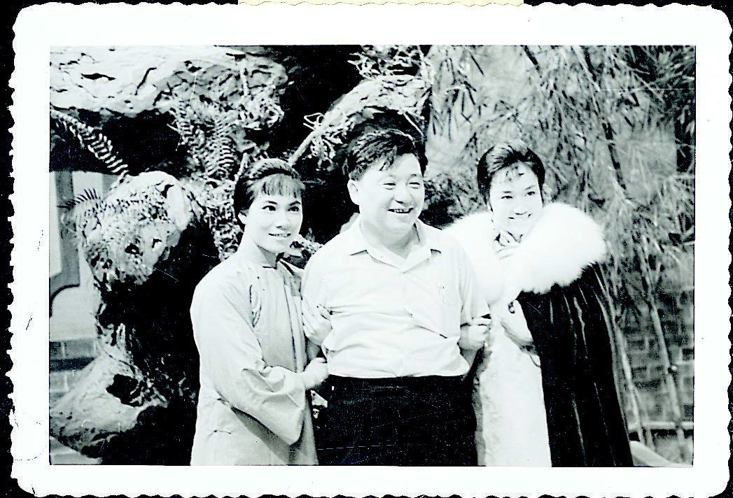 故都春夢(原名「新啼笑因緣」)一片的主角:葛蘭(右)、林翠(左)與導演王天林在片...