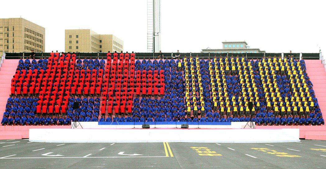 民國一百年國慶大會時,陸軍專科學校同學的「動感排字」。 圖/本報資料照片