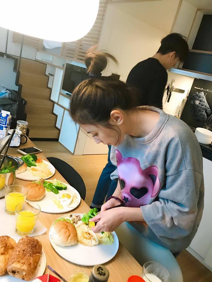 賈靜雯、修杰楷為工作出國,正準備餐點。圖/摘自賈靜雯臉書