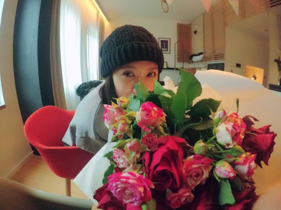 賈靜雯過42歲生日,收到老公修杰楷送的花,開心笑得像花。圖/摘自賈靜雯臉書