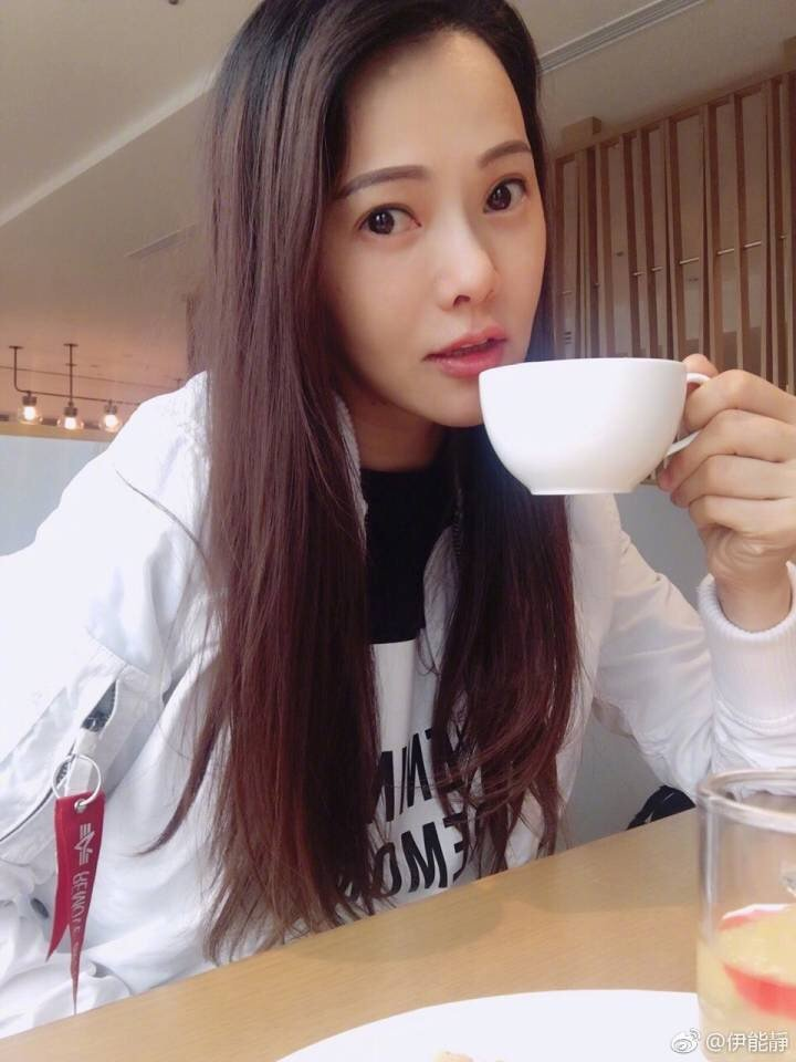 伊能靜最近追老公秦昊拍的戲,獨自一人在飯店咖啡廳悠閒享受時光。圖/摘自伊能靜微博