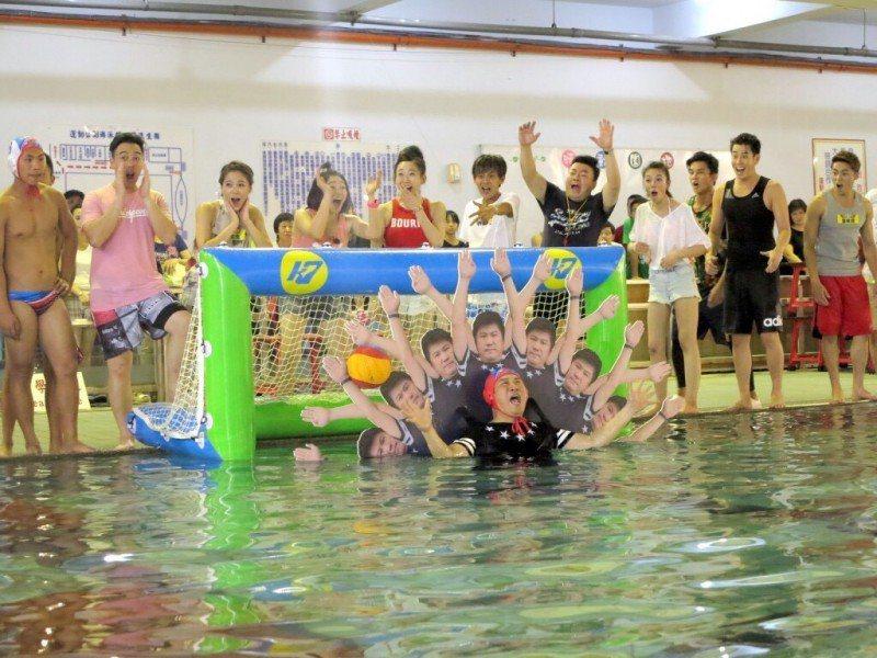 胡瓜為了比賽,揹著道具泡在水裡。圖/民視提供