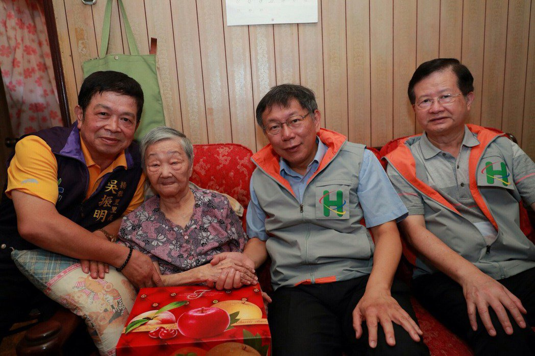 台北市長柯文哲(右2)今天上午擔任一日醫生,走訪居家醫療照護個案關懷失能長者,還...