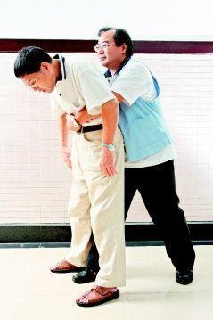 「哈姆立克法」是從後面雙手環抱患者,一手握拳、一手包住拳頭,由下往上按壓胸骨跟上...