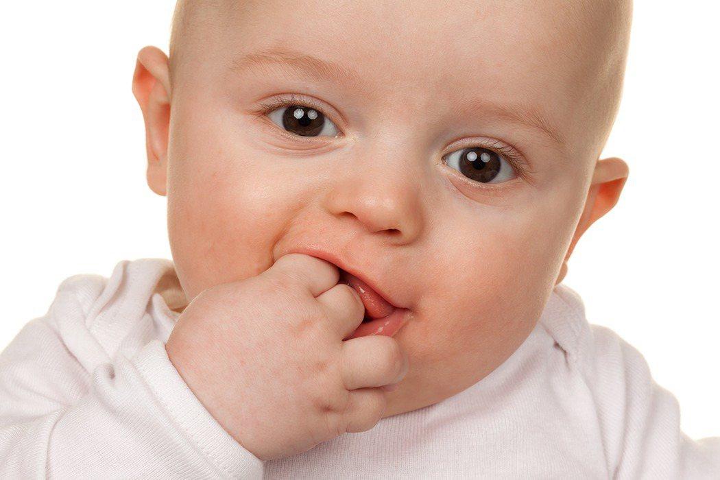 嬰幼兒噎到時有所聞,桃園醫院小兒科醫師裴仁生呼籲爸媽應學習「哈姆立克法」。 圖/...