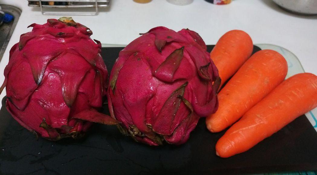 火龍果(左)易讓人誤解血便、血尿,紅蘿蔔(右)富含β胡蘿蔔素,易因皮膚黃黃的,誤...