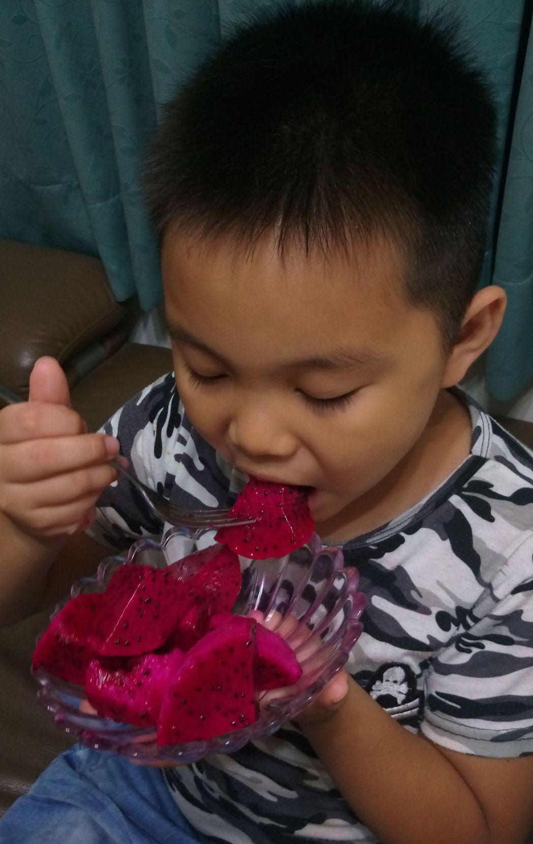 火龍果清甜好滋味,深受大人、小孩歡迎。記者趙容萱/攝影