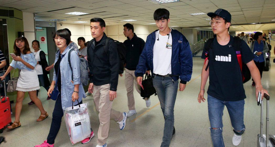 南韓藝人南柱赫(右二)8日中午搭機抵達桃園機場。記者陳嘉寧/攝影