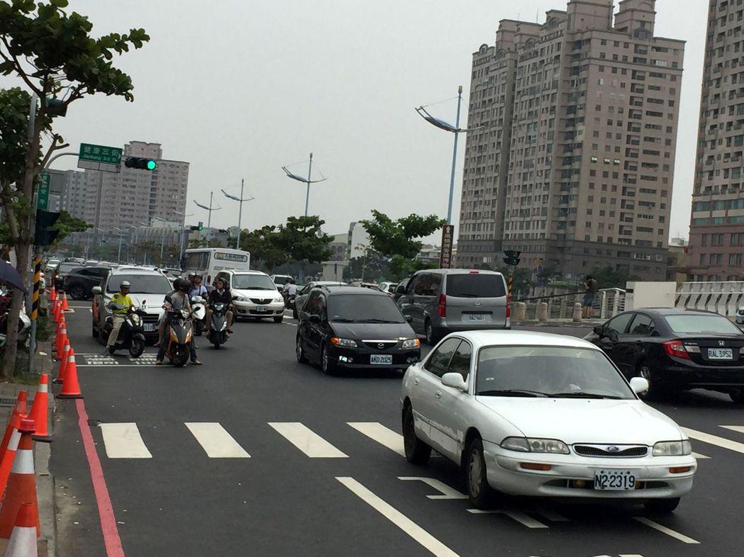 台南安平路中午時刻起車流量增加,交通大隊提醒用路人注意交通安全。記者邵心杰/攝影...
