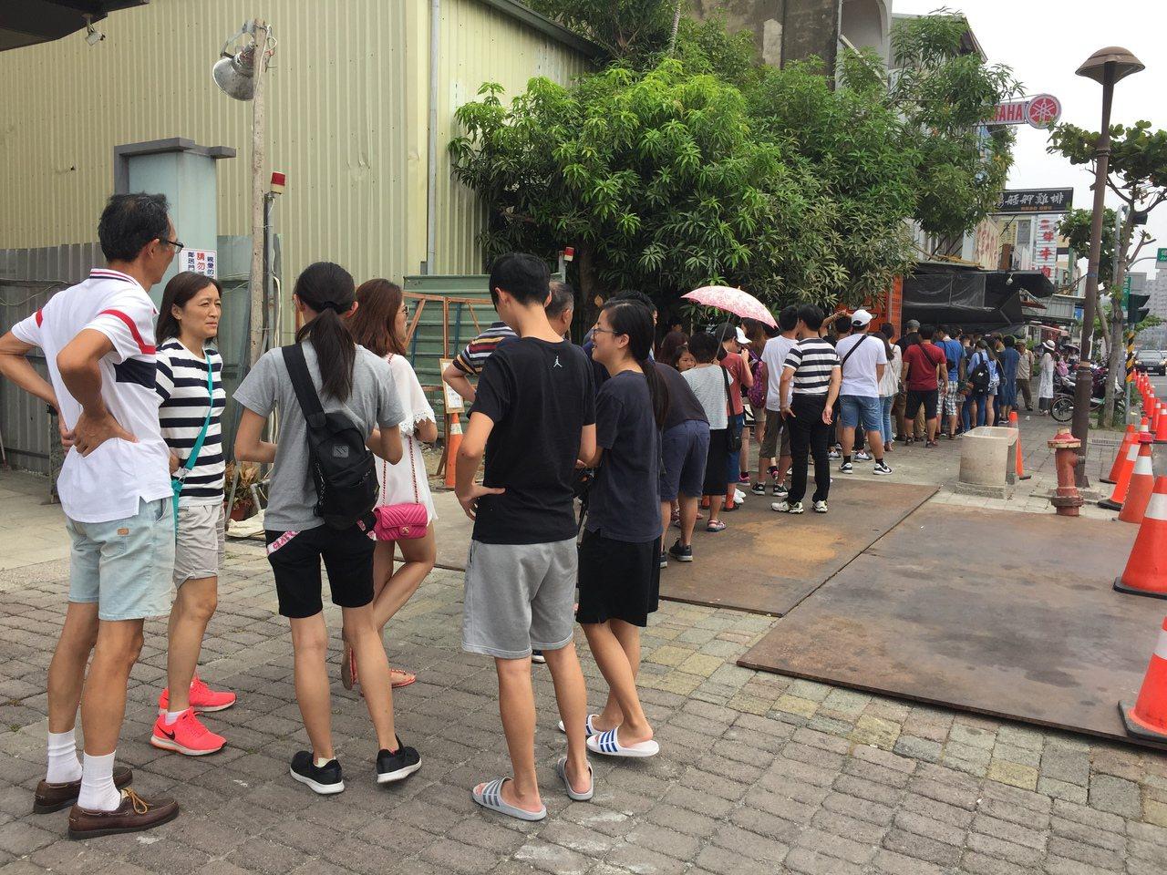店家前大排長龍,遊客驚呼「排隊是台南人生活日常」。記者邵心杰/攝影