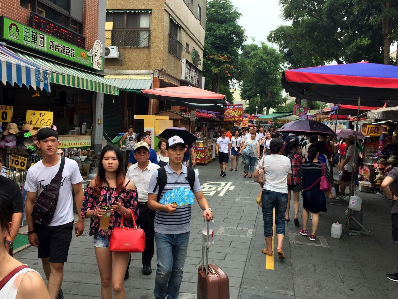 國慶連續假期第二天,不少外地遊客到安平老街遊玩。記者邵心杰/攝影