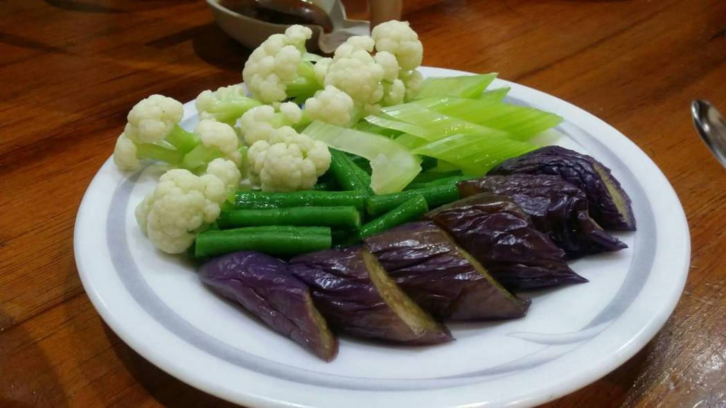 「林聰明沙鍋魚頭」專賣沙鍋魚頭、雞肉飯、涼菜等,飄香逾60年。記者王慧瑛/攝影