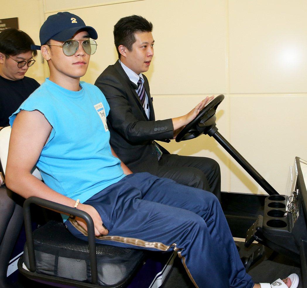 南韓團體BIGBANG成員之一的勝利(左),8日下午從菲律賓馬尼拉搭乘長榮航空公...