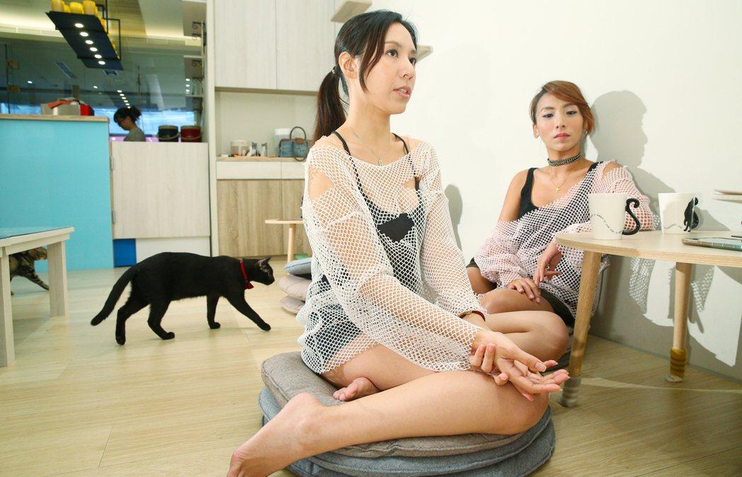 前女F4成員Amy(右)和羽庭(左)專訪。記者陳正興/攝影(場地提供:貓欸Cam...