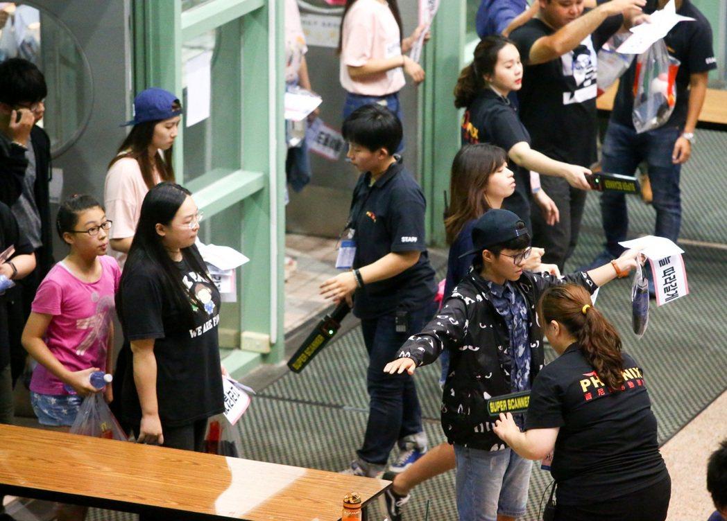 韓國女團Apink今晚在台大體育館的演唱會,所有人員均須通過安檢。記者程宜華/攝