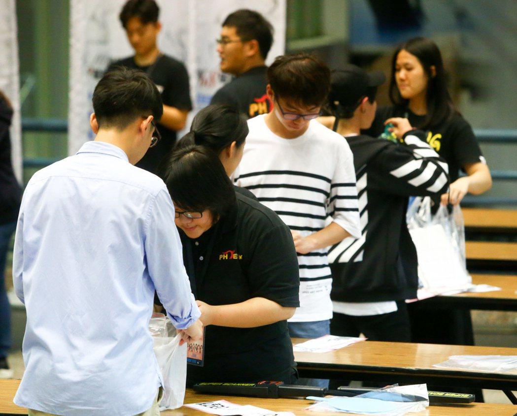 韓國女團Apink今晚在台大體育館的演唱會,所有人員均須通過安檢。記者程宜華/攝...