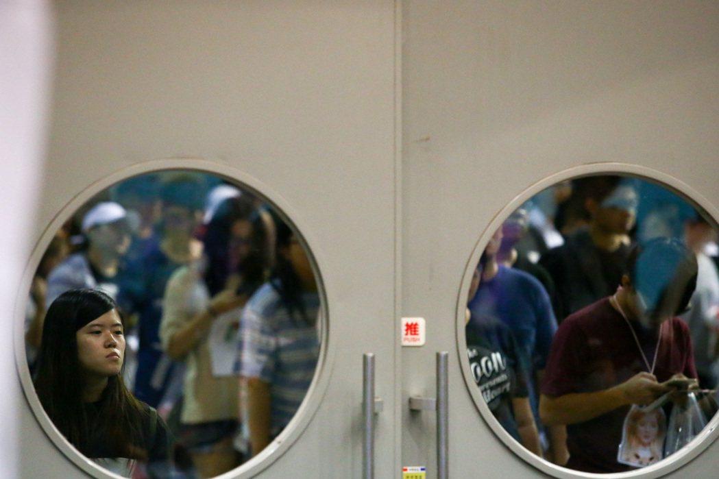 韓國女團Apink今晚在台大體育館的演唱會,所有人員均須通過安檢,觀眾入場速度緩...