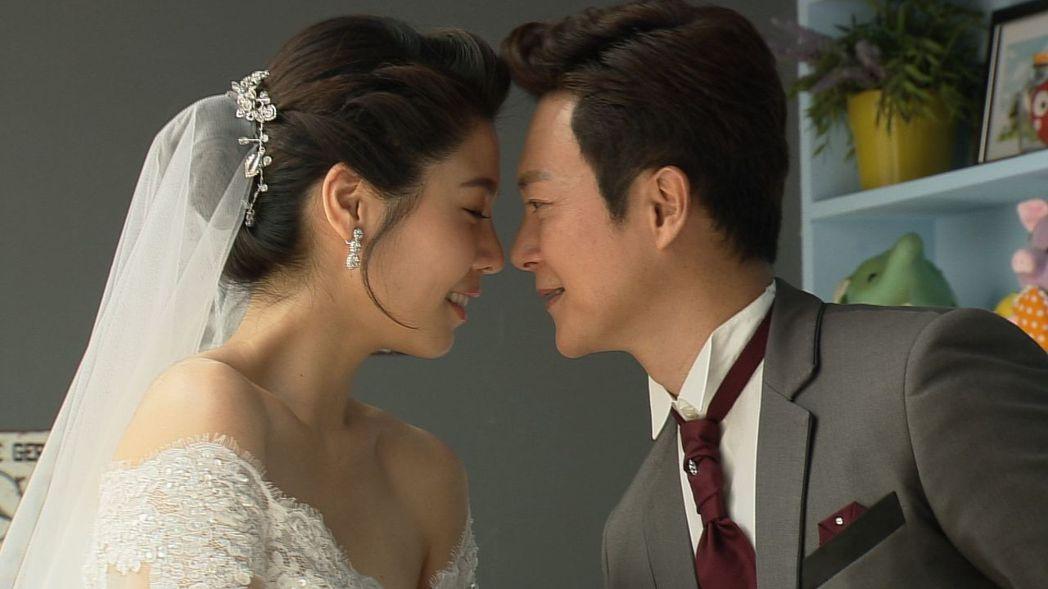 白家綺(左)、王燦為「幸福來了」拍婚紗照,小倆口甜蜜樣十分動人。圖/民視提供