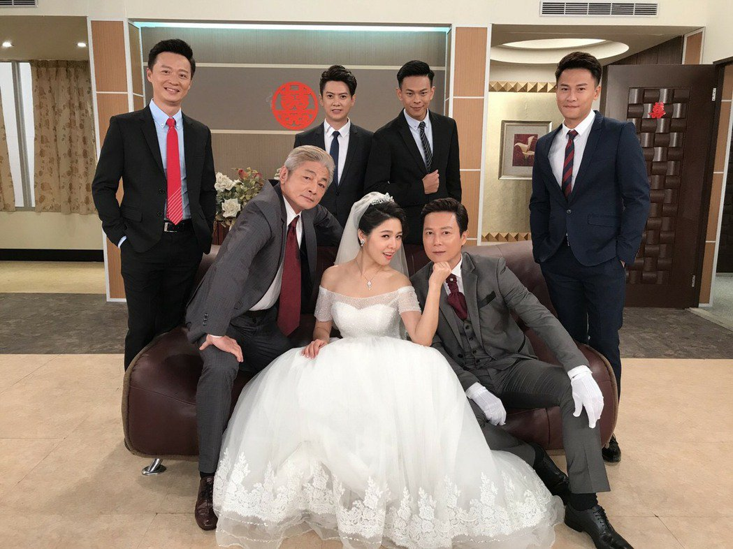 白家綺(左起)、王燦為「幸福來了」拍結婚戲,王建復很入戲一旁乾站。圖/民視提供
