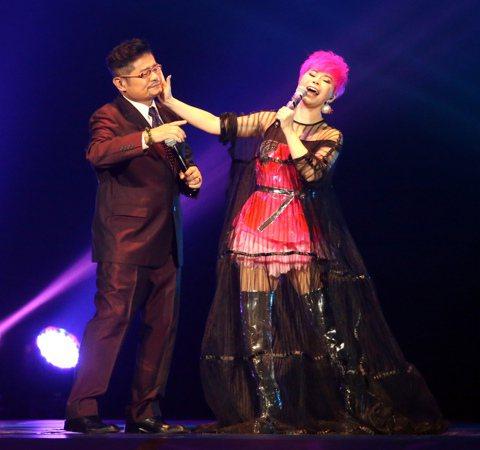 詹雅雯於台北小巨蛋舉辦「我牽你你牽伊」演唱會。邀請許常德、許效舜與畢諾煦做特別來賓合唱情歌。