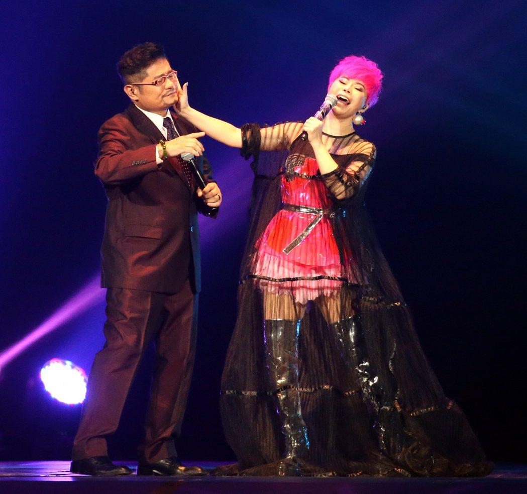詹雅雯(右)於台北小巨蛋舉辦「我牽你你牽伊」演唱會。邀請許常德(左)做特別來賓合