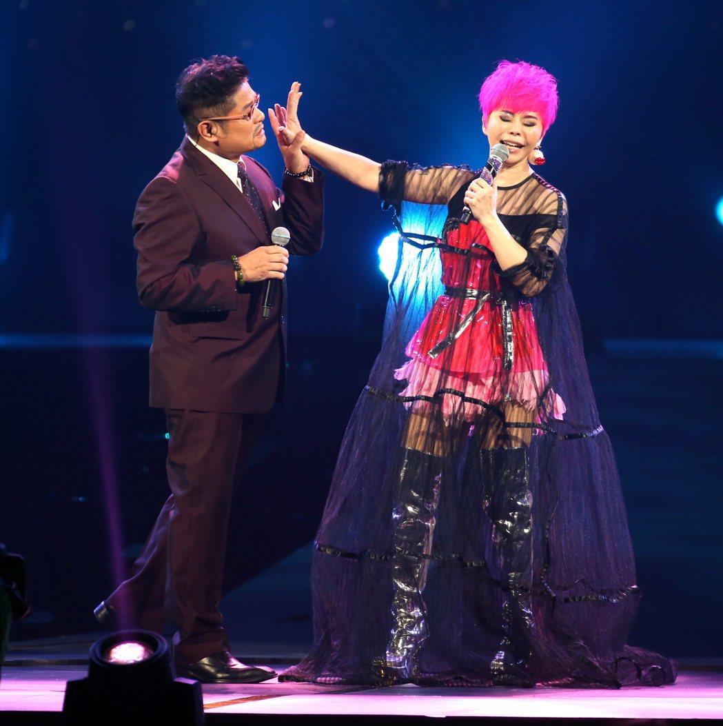 詹雅雯(右)於台北小巨蛋舉辦「我牽你你牽伊」演唱會。邀請許常德(左)做特別來賓合...