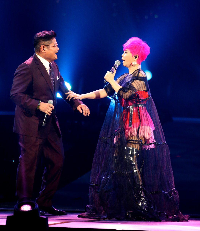 詹雅雯(右)於台北小巨蛋舉辦「我牽你你牽伊」演唱會。邀請許效舜(左)做特別來賓合...