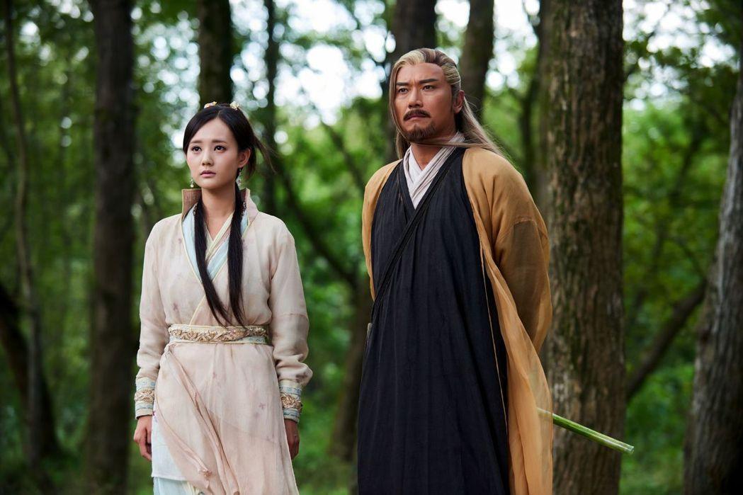 苗僑偉和飾演黃蓉的李一桐,「父女」有不少對手戲。圖/中天提供