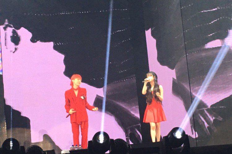 韓流天團BIGBANG隊長G-Dragon(GD) 8日在南港展覽館開唱,雖已是第二天在台灣演出,他仍舊為粉絲準備了神秘大禮,團裡的老么勝利無預警來台,兄弟在台灣合體,羨煞國外歌迷。GD今年舉辦個人...