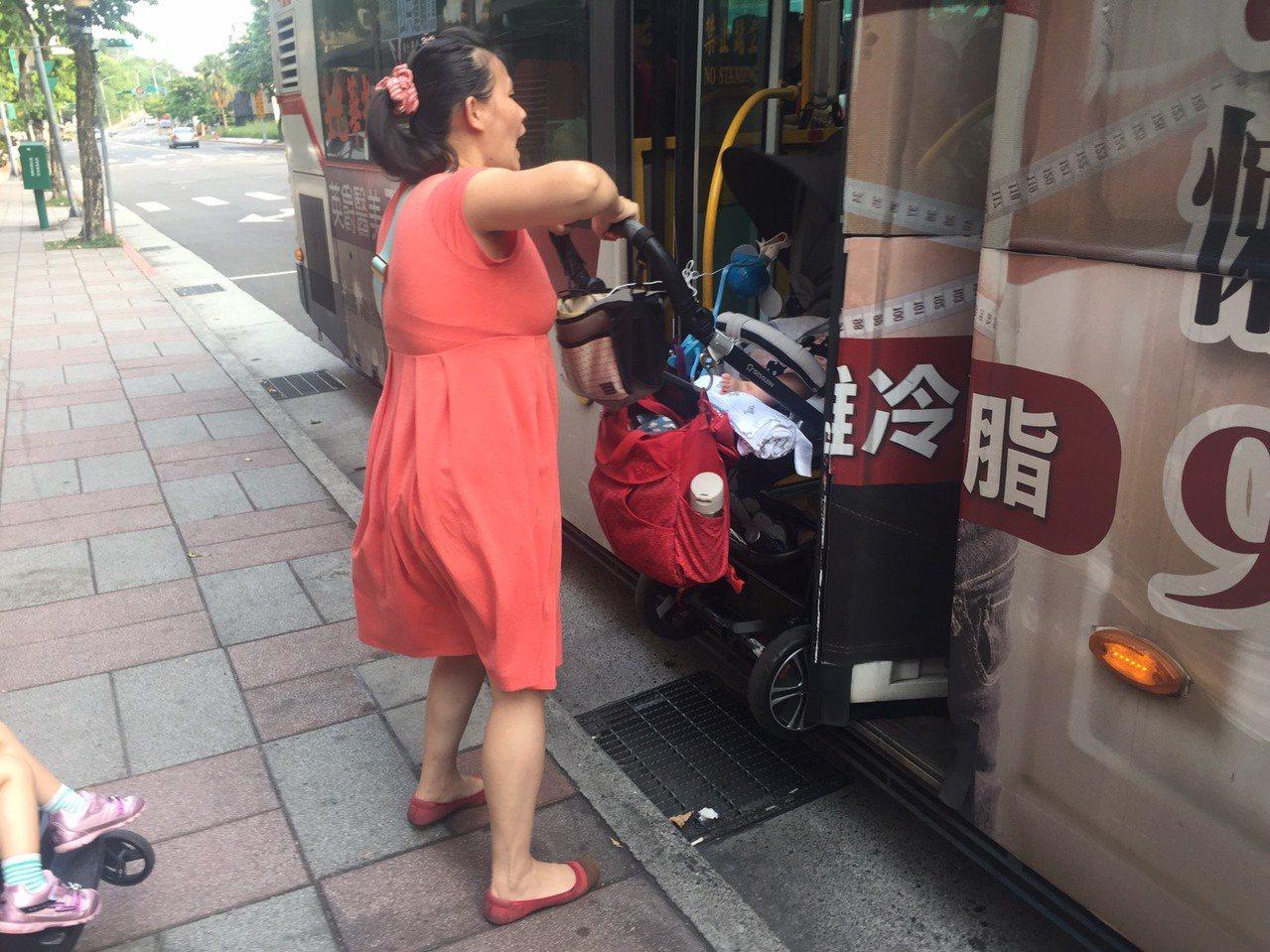 公車很少貼近月台停靠,往往距離人行道一步、兩步的距離,人群可以跨步上車,媽媽卻只...