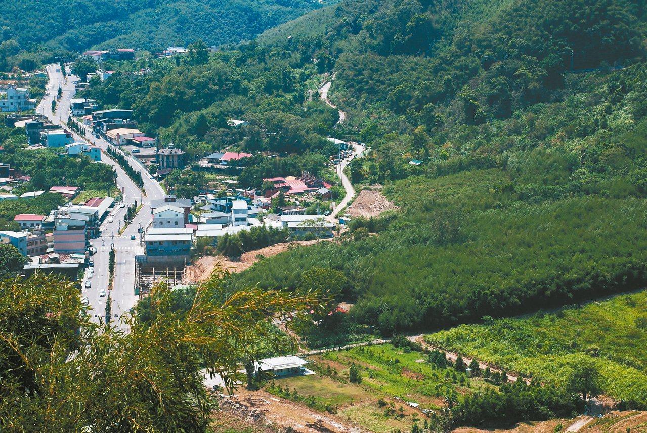 右邊的小路即是羅馬公路。 記者林昱丞/攝影