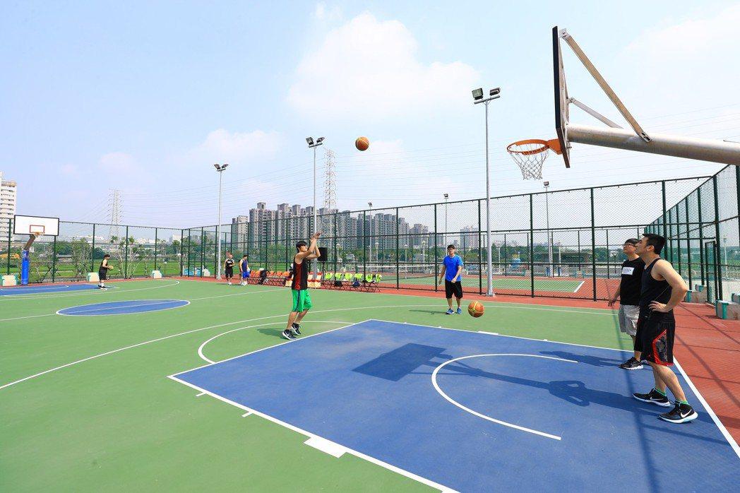 昨天創下台中121年來10月最高溫,雖是假日,籃球場上運動人數大減 。 圖/台中市新聞局提供