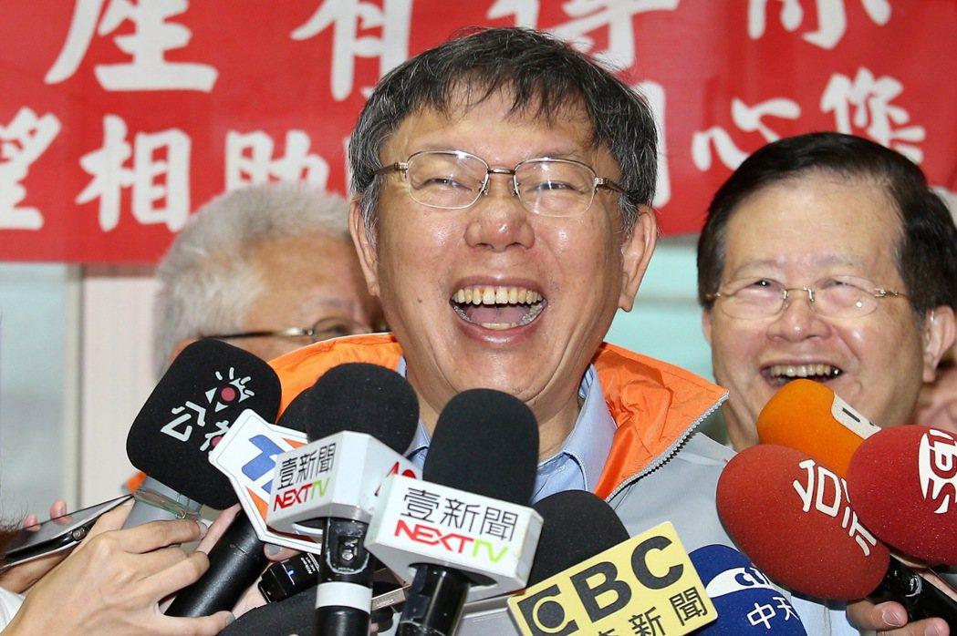 台北市長柯文哲昨到大同區探訪,接受媒體訪問。 記者林伯東/攝影
