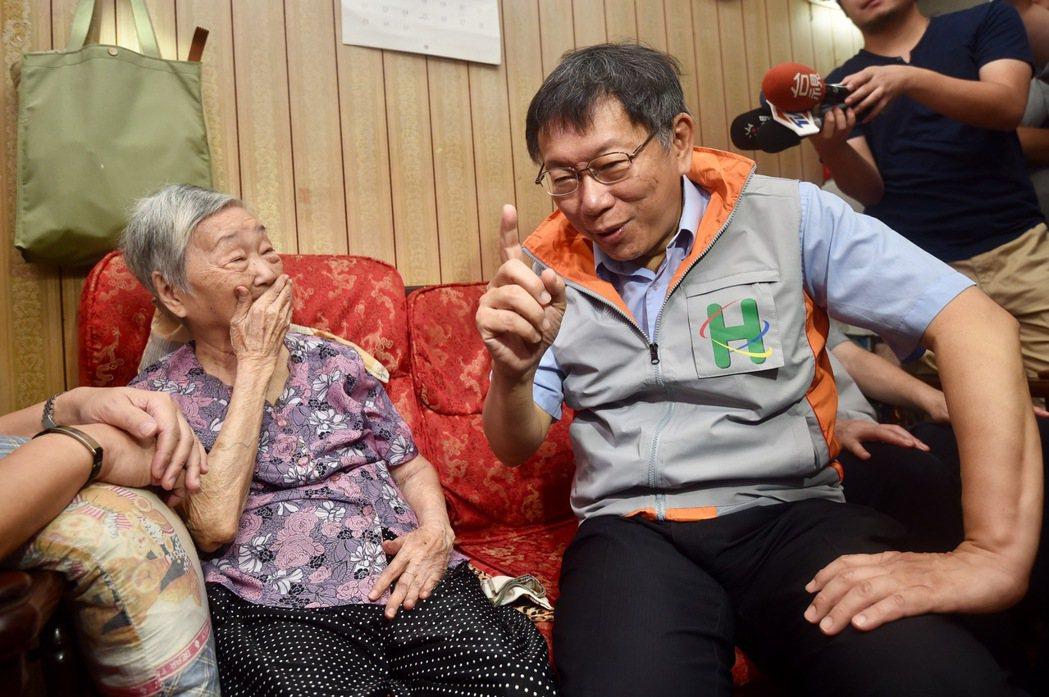台北市長柯文哲(右)昨擔任一日社區醫生,到大同區揚雅里方阿嬤家中探訪。 記者林伯...
