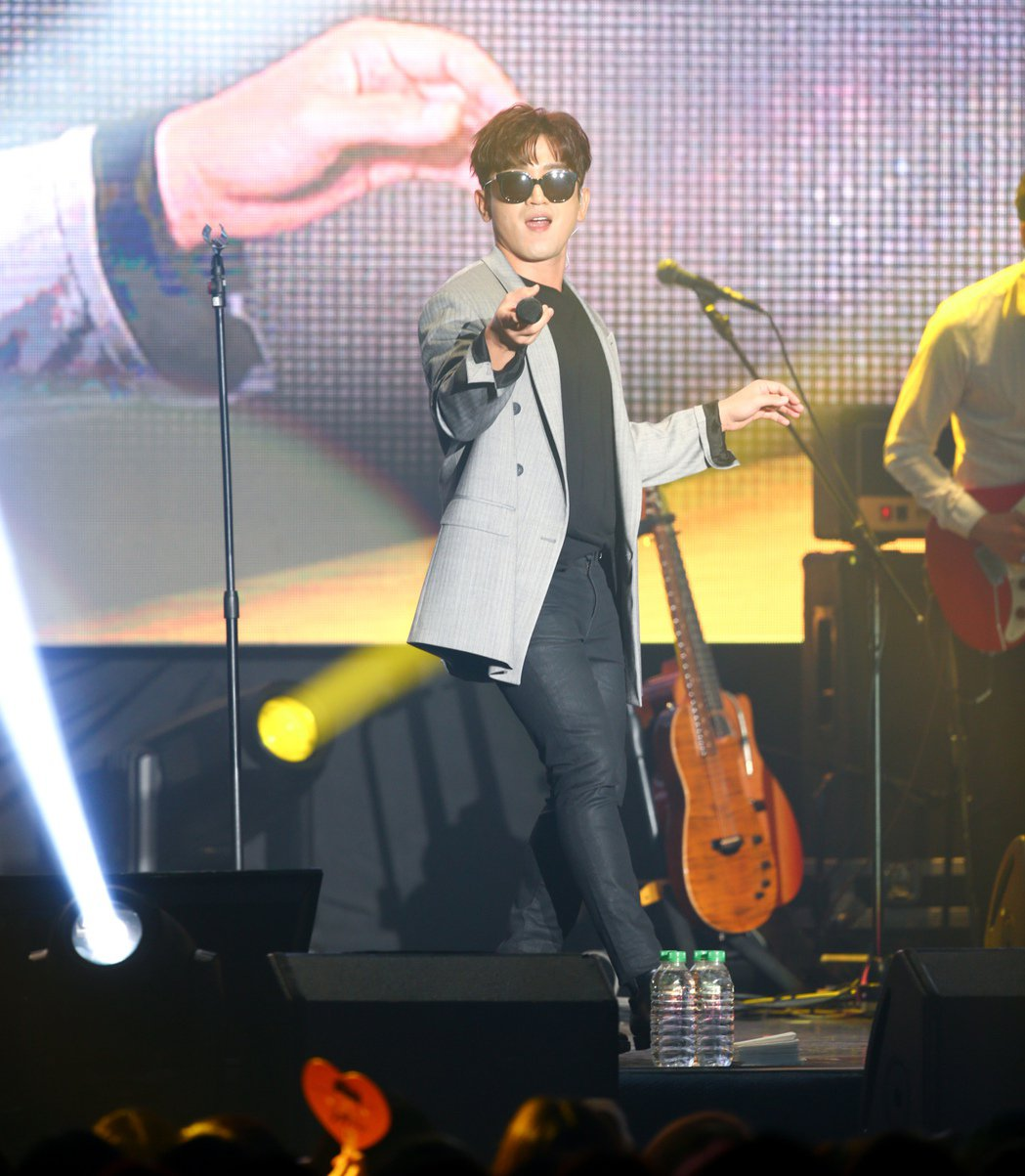 韓國男團「神話」中的成員李玟雨今天在台大體育館舉辦見面會,開場即帶來「TAXI」...