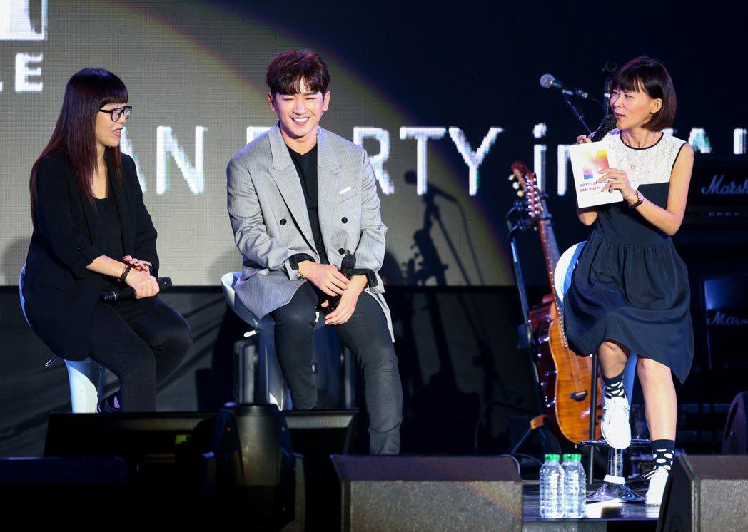 韓國男團「神話」中的成員李玟雨(中)今天在台大體育館舉辦見面會。記者程宜華/攝影