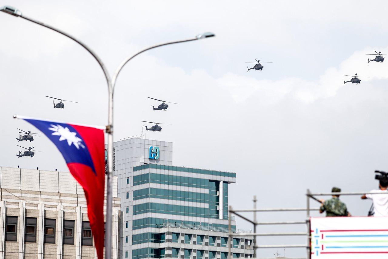 國慶展演預演,陸軍航特部直升機編隊飛越凱道上空。記者程宜華/攝影