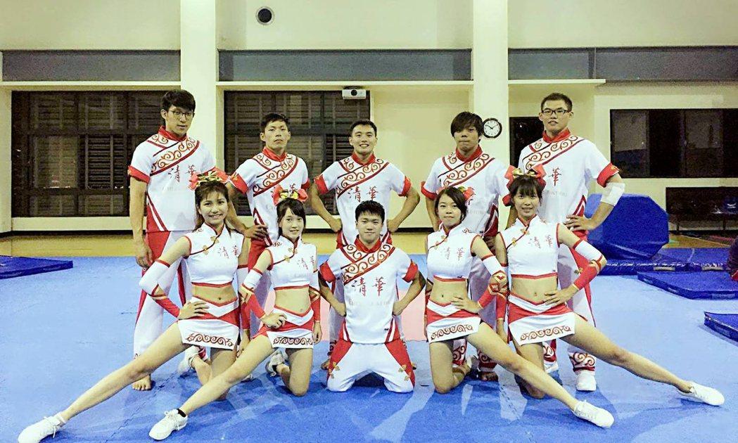 國立清華大學競技啦啦隊受邀在106年國慶大典表演,女生隊服特別採用啦啦隊少見的旗...