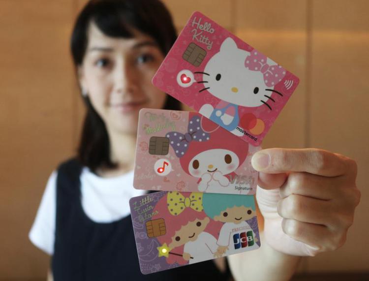 刷卡市場,女力當道。許多銀行都發行可愛版的信用卡來吸引女性。 本報資料照