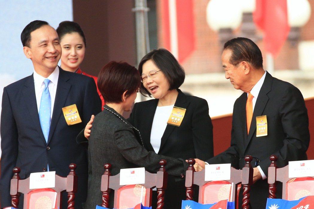 2015年,雙十國慶大典,包括國民黨主席朱立倫(左一)、民進黨主席蔡英文(右二)...