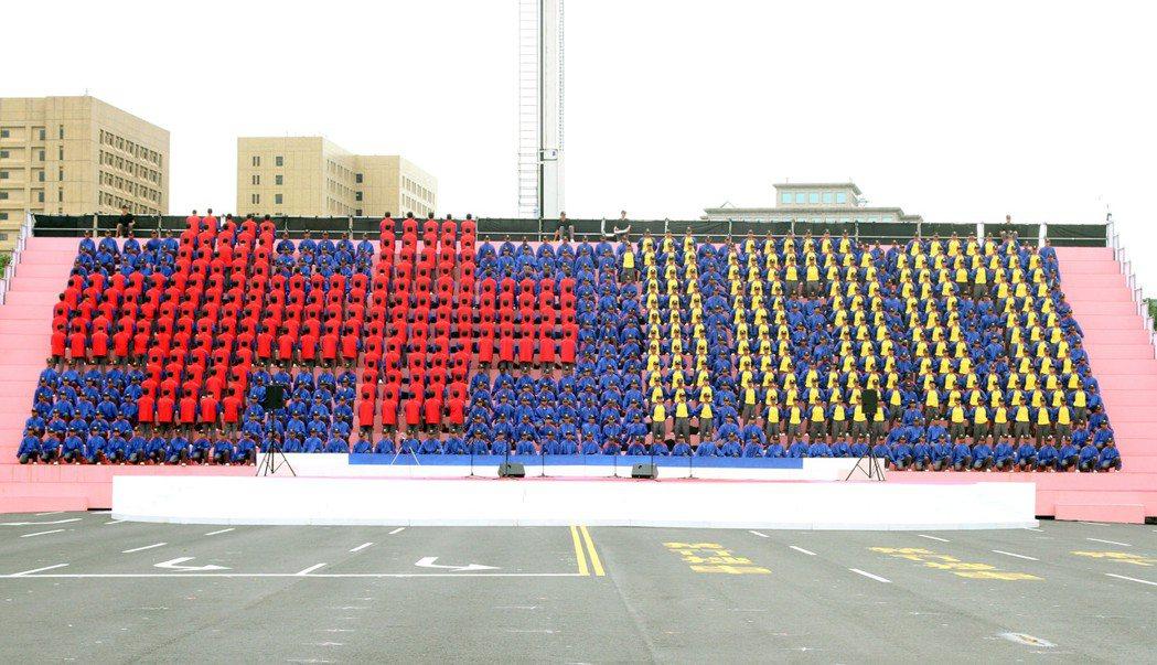 2011年,國慶大會上重現壯觀的「排字秀」。 本報資料照