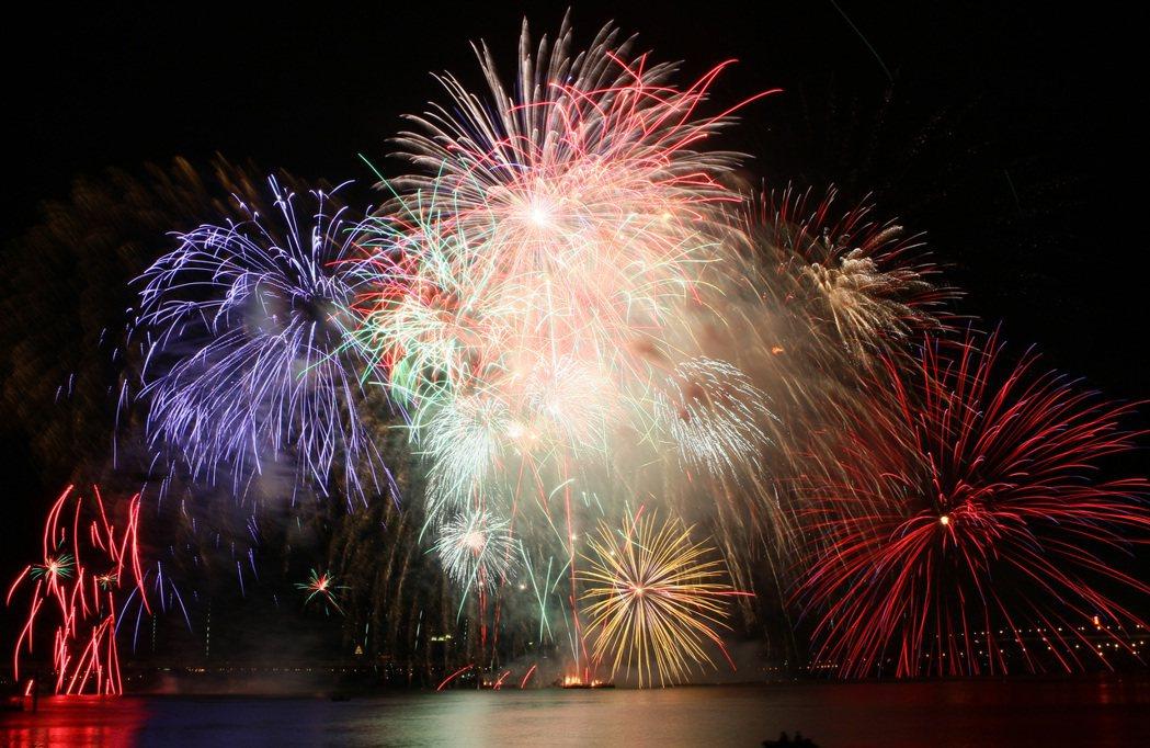 2010年,雙十國慶煙火在台北市三號水門施放。 本報資料照