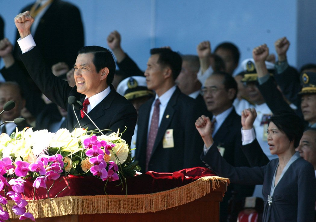 國慶典禮上馬英九總統帶領呼口號。 本報資料照