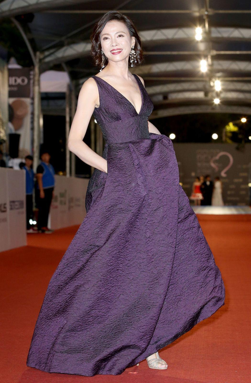 柯淑勤在52屆金鐘獎的ML Monique Lhuillier禮服造型由林莉婚紗