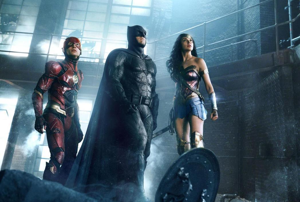 「閃電俠」伊薩米勒、「蝙蝠俠」班艾佛列克以及「神力女超人」蓋兒加朵在「正義聯盟」...