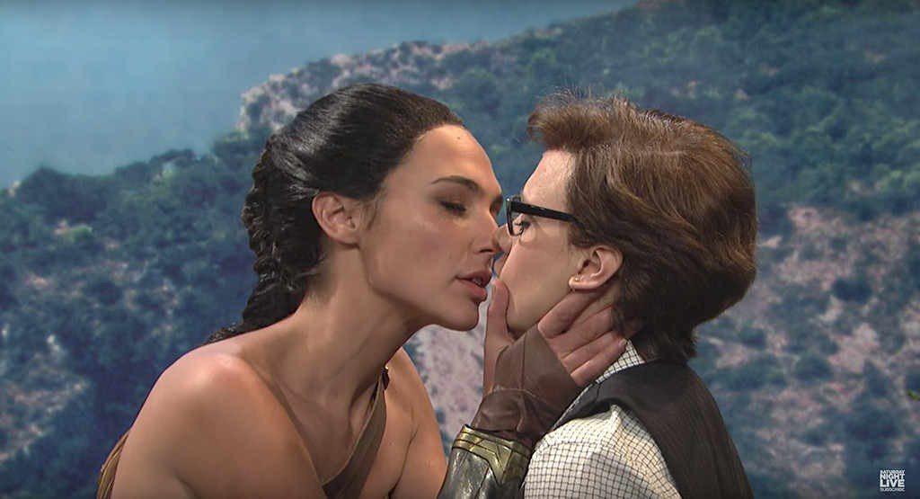 「神力女超人」蓋兒加朵在綜藝節目「週末夜現場」盡情搞笑,還與知名女星凱特麥金儂接...